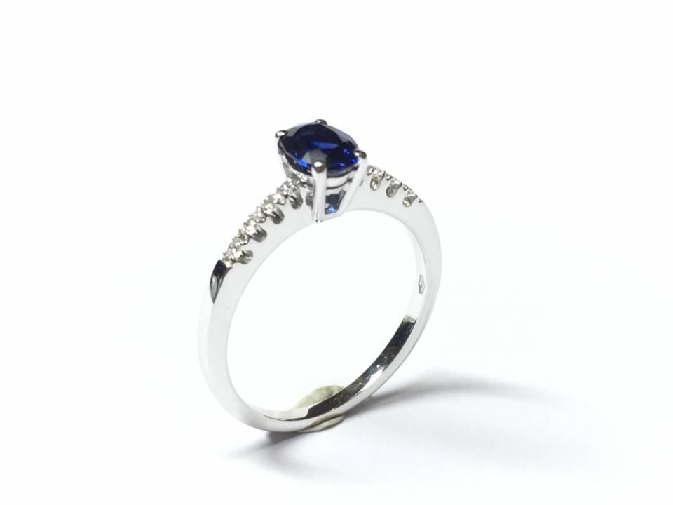Anello oro bianco 18 kt con zaffiro 0.81 ct e diamanti – colore F