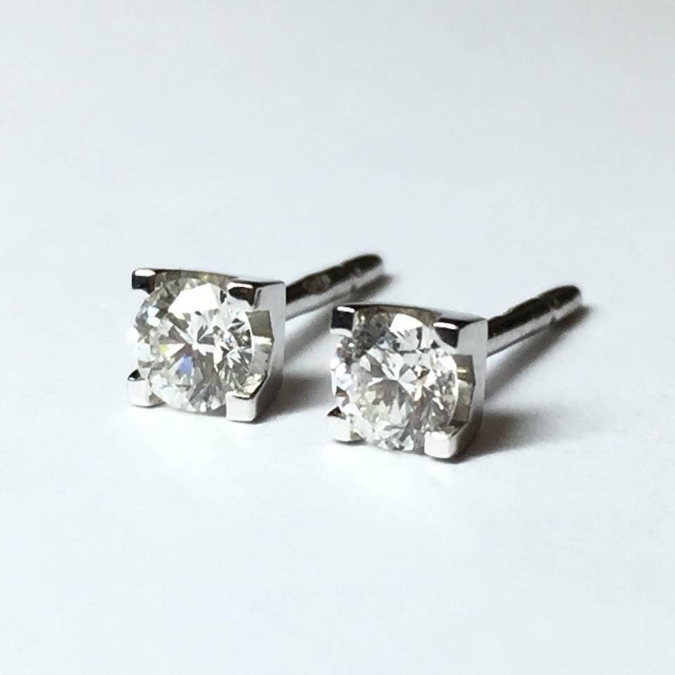 Orecchini punto luce in oro bianco e diamanti 0.30 ct – colore F