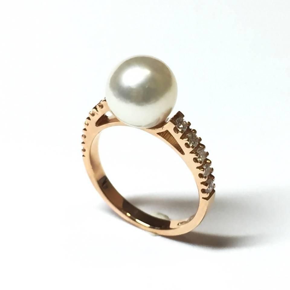 Anello oro rosa 18 kt con perla Akoya e diamanti 0.26 ct – colore E