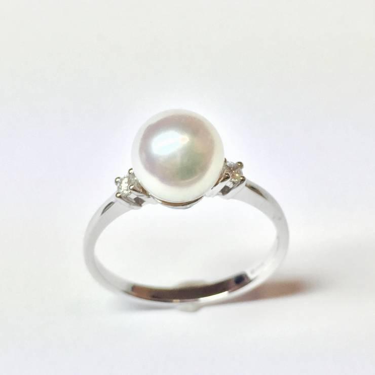 Anello oro bianco 18 kt con perla Akoya e diamanti – colore E