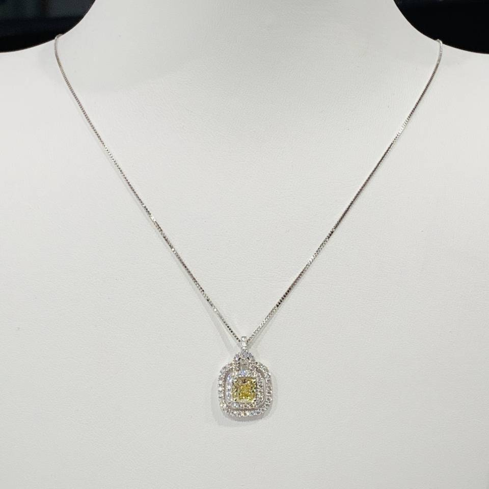 Collana in oro bianco con diamante centrale Fancy Yellow ct  0.50 + ct 0.37 E VVS