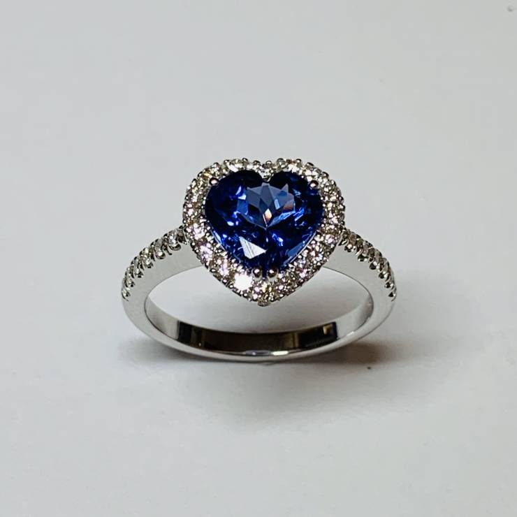 Anello in oro bianco 18 kt con Tanzanite a cuore top quality e diamanti