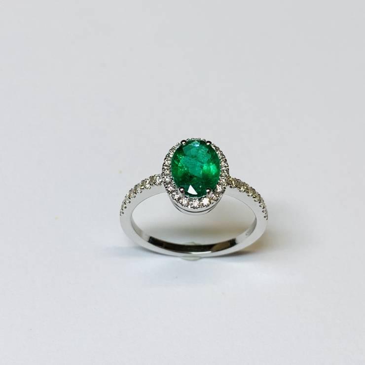 Anello oro bianco 18 kt con smeraldo naturale di ct 1.15 e diamanti colore E